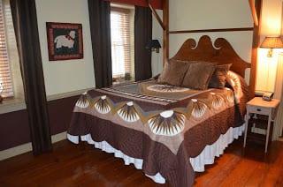 Amish Quilt Auctions, Historic Smithton Inn